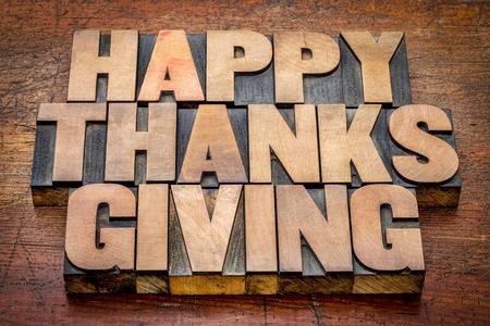 accion de gracias: Feliz tarjeta de saludos de Acci�n de Gracias o el signo - el texto en bloques de tipo de madera de tipograf�a vintage contra la madera r�stica Foto de archivo