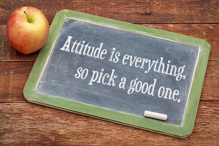 actitud: La actitud lo es todo, así que escoja una buena - palabras de motivación positivos sobre una pizarra pizarra contra la madera granero rojo Foto de archivo
