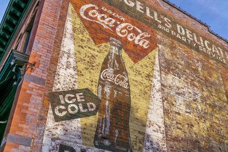 포트 콜린스, 콜로라도, 미국, 우리 모두의 2015 년 8 월 30 일 : 코카콜라 - 오래 된 마 포트 콜린스에서 건물 벽에 퇴색 된 벽화에 대 한 빈티지 광고. 에디토리얼