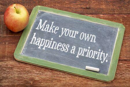 alegria: Haga su propia prioridad felicidad - consejos sobre una pizarra pizarra contra la madera granero rojo