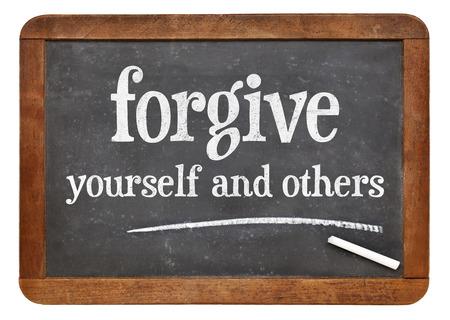 perdonar: Perdone usted mismo y otros consejos - texto blanco tiza n en una pizarra pizarra de la vendimia