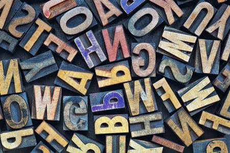 abecedario: bloques de impresi�n tipogr�fica cosecha de madera de tipo manchados por la tinta de color, colocadas al azar en una bandeja de metal del grunge