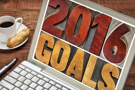 metas: 2016 metas - Nuevo concepto de resoluci�n de A�o - texto aislado en bloques de impresi�n tipogr�fica tipo de madera de �poca en una pantalla de ordenador port�til con una taza de caf�