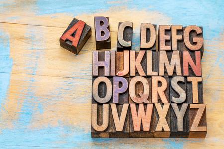 lettre alphabet: concept alphabet cru type de bois letterpress teint� par des encres de couleurs contre le bois peint avec un espace de copie