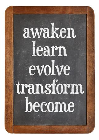crecimiento personal: despertar, aprender, evolucionar, transformarse y convertirse - palabras de inspiración en una pizarra pizarra de la vendimia - concepto de crecimiento personal Foto de archivo