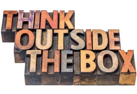 pensare fuori dagli schemi - frase motivazionale in legno di tipo vintage, colorate con inchiostro, isolato su bianco