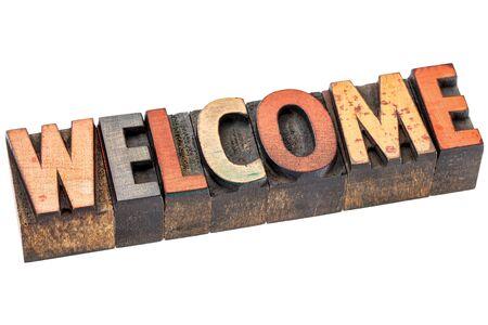 Resumen de palabras de bienvenida - una pancarta aislada en bloques de tipo madera de tipografía manchado por las tintas de color Foto de archivo