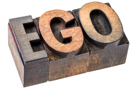 ego woord in vintage houten boekdruk blokken, gekleurd door kleur inkt, geïsoleerd op wit - oversized ego-concept Stockfoto