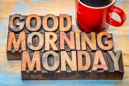 Buenos días lunes en bloques de tipo de madera de tipografía de época con una taza de café Foto de archivo
