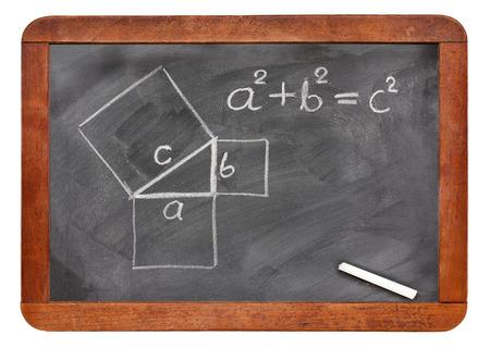 teorema: teorema de Pitágoras esbozado con tiza blanca sobre una pizarra de la vendimia aislado en blanco Foto de archivo