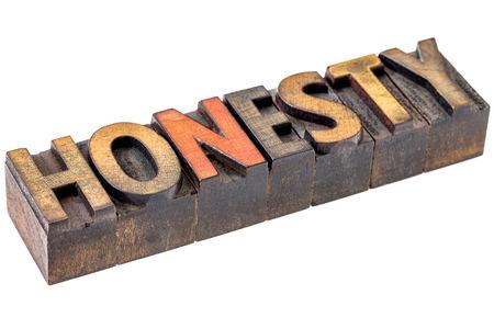honestidad: honestidad palabra de bienvenida abstracto - un banner aislado en tipograf�a de �poca bloques de tipo madera manchado por las tintas de color
