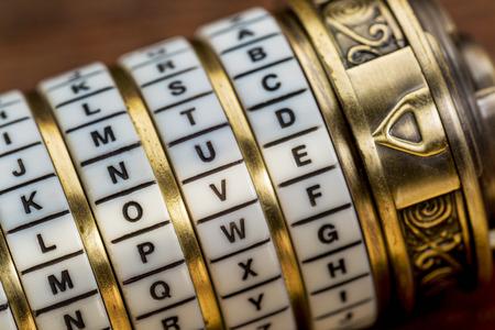 liefde woord als een wachtwoord combinatie puzzel doos met ringen van letters Stockfoto