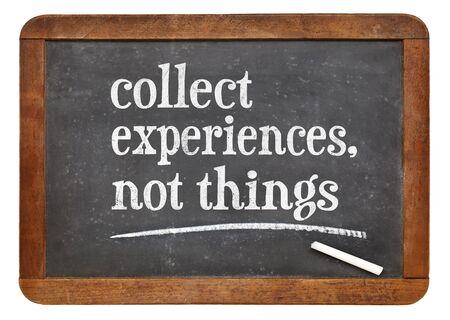 recoger: Recoge la experiencia, no las cosas - consejos de inspiración o un recordatorio en una pizarra pizarra de la vendimia