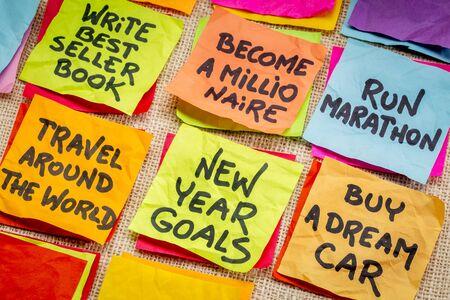 hombre millonario: convertirse en un millonario y metas del a�o o resoluciones realista nuevo - en notas adhesivas de la lona