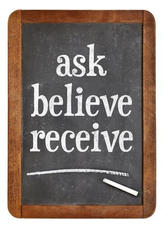Vraag, geloof, ontvang - spirituele woorden op een vintage lei schoolbord Stockfoto