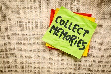 recoger: recoger recuerdos - consejos o un recordatorio en una nota adhesiva en contra de lona de arpillera Foto de archivo