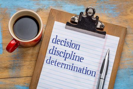disciplina: Decisión, de disciplina y determinación palabras en un portapapeles con una taza de café - consejos de motivación para el logro de las metas y el éxito Foto de archivo
