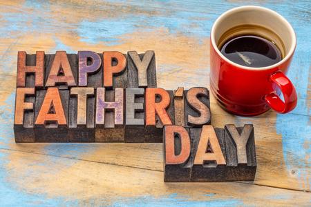 Feliz del día de padre en bloques de impresión tipográfica cosecha de madera con una taza de café Foto de archivo - 50876707