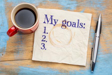 커피 한잔과 함께 grunge 나무 테이블에 대한 스테인드 냅킨에 내 목표 목록
