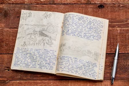 카약 탐험 저널 - 폴란드어로 필기하고 연필로 그리기. 1974 년 8 월 나, 사진 작가가 쓴 북동부 폴란드를 가로 질러 얕은 여행에서 여행 기록. 스톡 콘텐츠