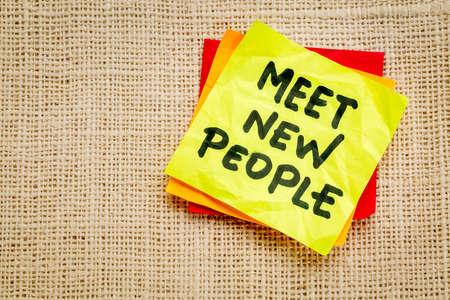 meet new people reminder or advice on a sticky note Zdjęcie Seryjne