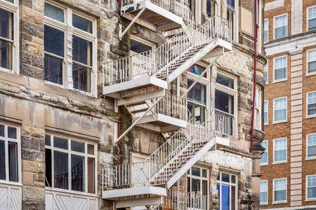 under fire: escalera de incendios de metal en un edificio histórico en proceso de renovación