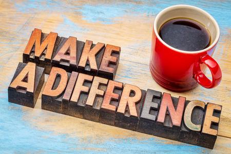 maak een verschil - motiverende woorden in vintage boekdruk hout type met een kopje koffie