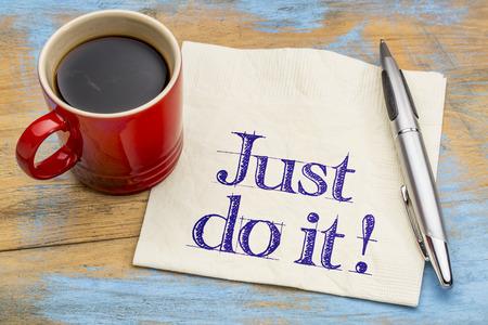 konzepte: Just do it motivierende Beratung auf Serviette mit einer Tasse Kaffee. Motivation Konzept.