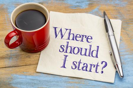 Wo soll ich anfangen? Eine Frage, auf einer Serviette mit einer Tasse Kaffee. Standard-Bild - 52656970
