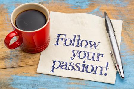 pasion: ¡Sigue tu pasión! Asesoramiento o recordatorio - escritura a mano en una servilleta con una taza de café Foto de archivo