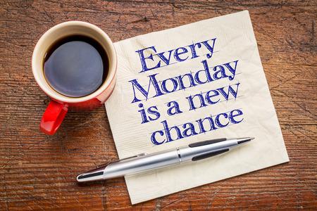 servilleta: Todos los lunes es una nueva oportunidad - de escritura a mano de motivaci�n en la servilleta con una taza de caf� Foto de archivo
