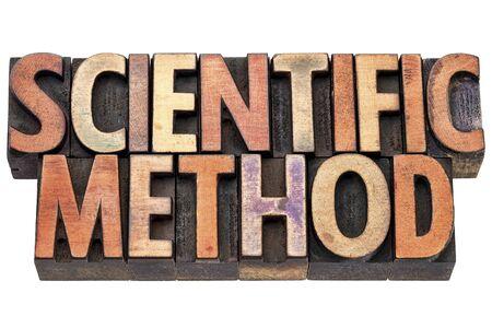 metodo cientifico: la investigaci�n y la tipograf�a m�todo cient�fico en bloques de impresi�n de tipo madera de tipograf�a manchado por las tintas de color Foto de archivo