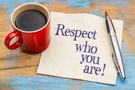 respetar: Respeto lo que eres - escritura a mano en una servilleta con una taza de café Foto de archivo