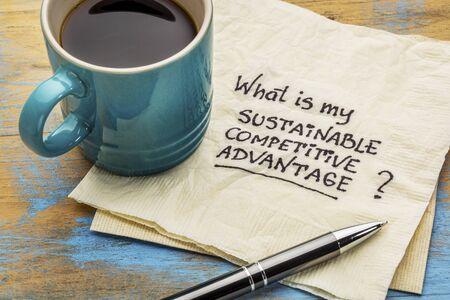 Wat is mijn duurzaam concurrentievoordeel vraag - handschrift op een servet met een kopje koffie
