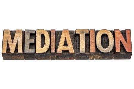 mediation woord - geïsoleerde tekst in vintage boekdruk hout soort cliches