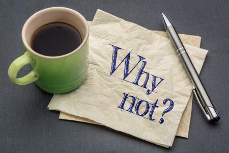 Pourquoi ne pas remettre en question - l'écriture sur une serviette avec tasse de café contre gris ardoise, pierre, fond Banque d'images - 54299525