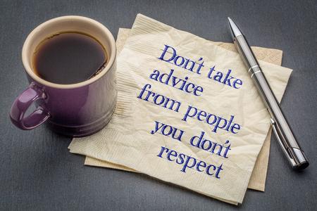 servilleta: No tome el consejo de personas con las que Don; t respeto - asesoramiento o recordatorio - escritura a mano en una servilleta con la taza de caf� contra el fondo de piedra gris pizarra Foto de archivo