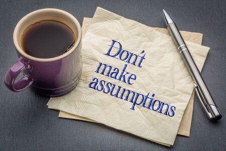 estereotipo: Don no hace suposición de asesoramiento o un recordatorio - escritura a mano en una servilleta con la taza de café contra el fondo de piedra gris pizarra Foto de archivo