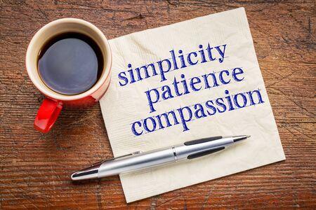 paciencia: la sencillez, la paciencia, la compasión - tres palabras de la enseñanza de Buda - escritura a mano en una servilleta con la taza de café contra el fondo de piedra gris pizarra