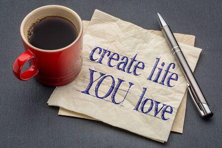 crear la vida que amas consejos - escritura a mano en una servilleta con la taza de café contra el fondo de piedra gris pizarra