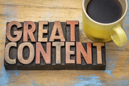コーヒーのカップを持つヴィンテージ活版木材の種類に素晴らしい言葉の内容要約