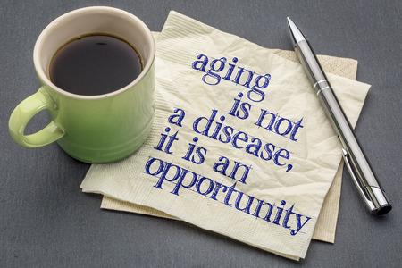 invecchiamento non è una malattia. si tratta di un'opportunità - scrittura a mano su un tovagliolo con una tazza di caffè espresso