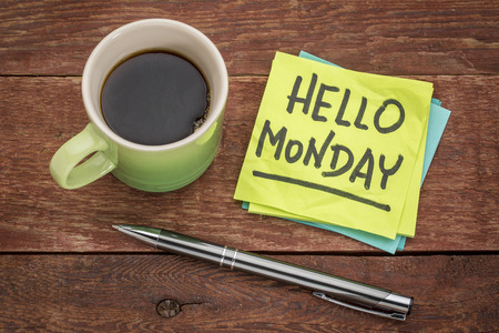 こんにちは、付箋を一杯のコーヒーに月曜日陽気な手書き 写真素材