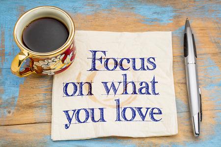 Skoncentruj się na tym, co kochasz - pismo ręczne na serwetce przy filiżance kawy