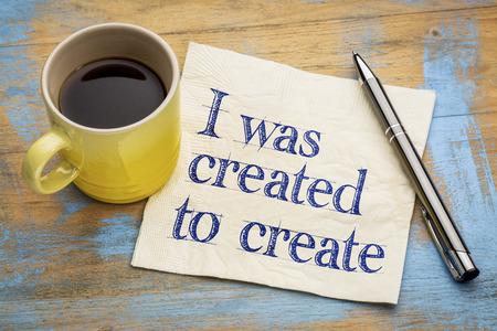 Fui creado para crear nota afirmación positiva - - escritura a mano en una servilleta con una taza de café espresso