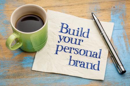 Elabore su consejo personal de marca: escritura en una servilleta con una taza de café exprés