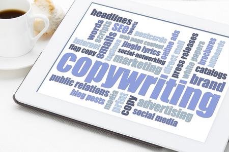 copywriting word cloud in blauw en wit op een digitale tablet met een kopje koffie