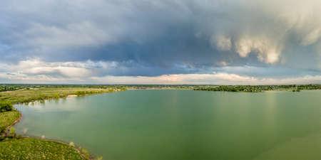 llanura: Nubes tormentosas sobre uno de los numerosos embalses en cerca de Loveland en el norte de Colorado - panorama aéreo Foto de archivo