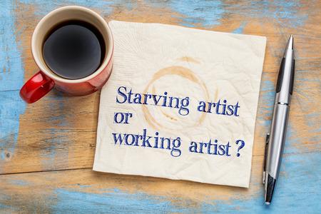 飢えやアーティストの質問 - コーヒーのカップとナプキンの手書きの文字