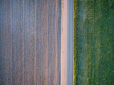 strada sterrata, campo arato e prato - vista aerea - Pawnee National Grassland vicino Grover Colorado